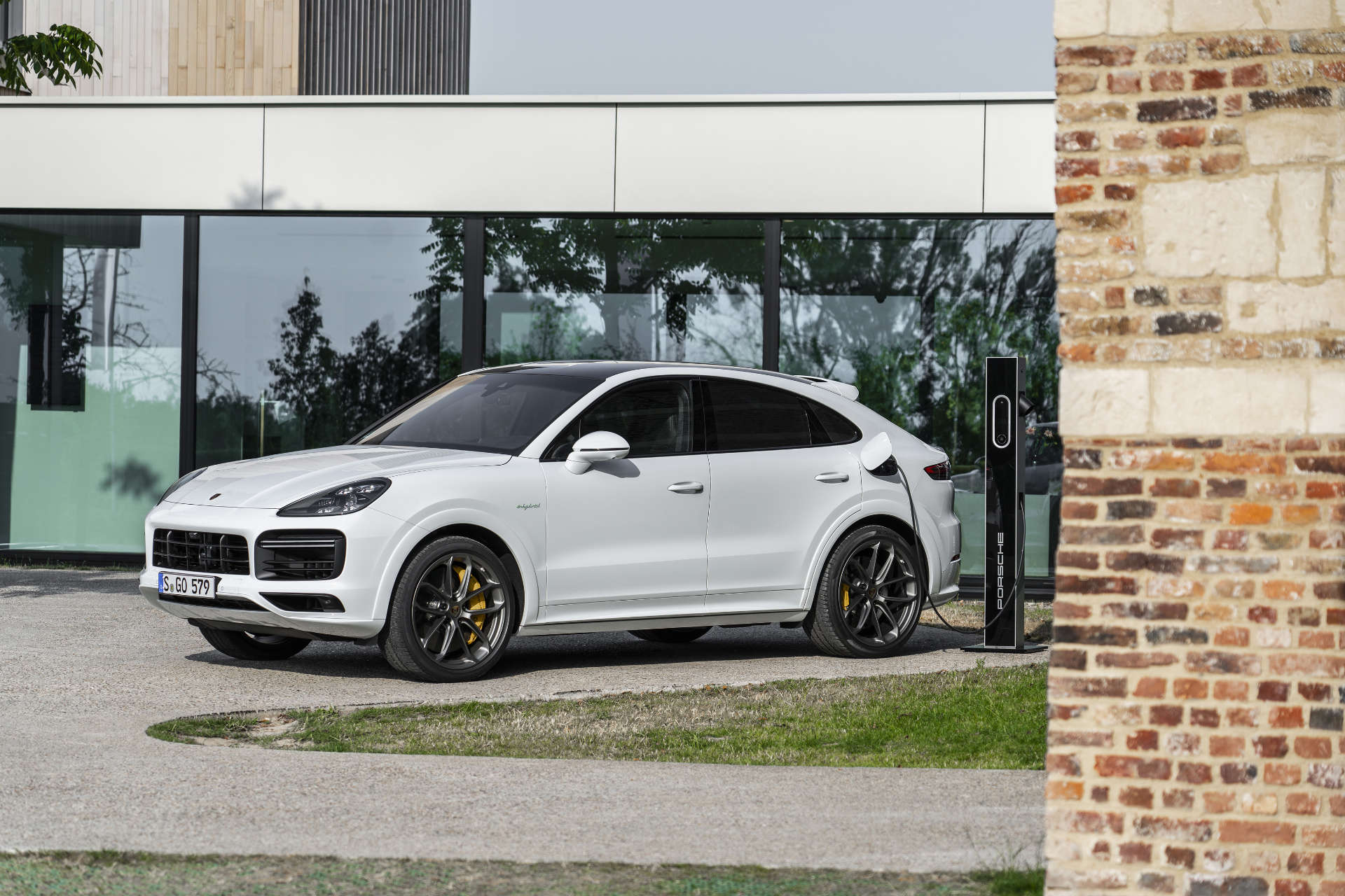 Porsche Cayenne Turbo S E-Hybrid Coupé Ladestation