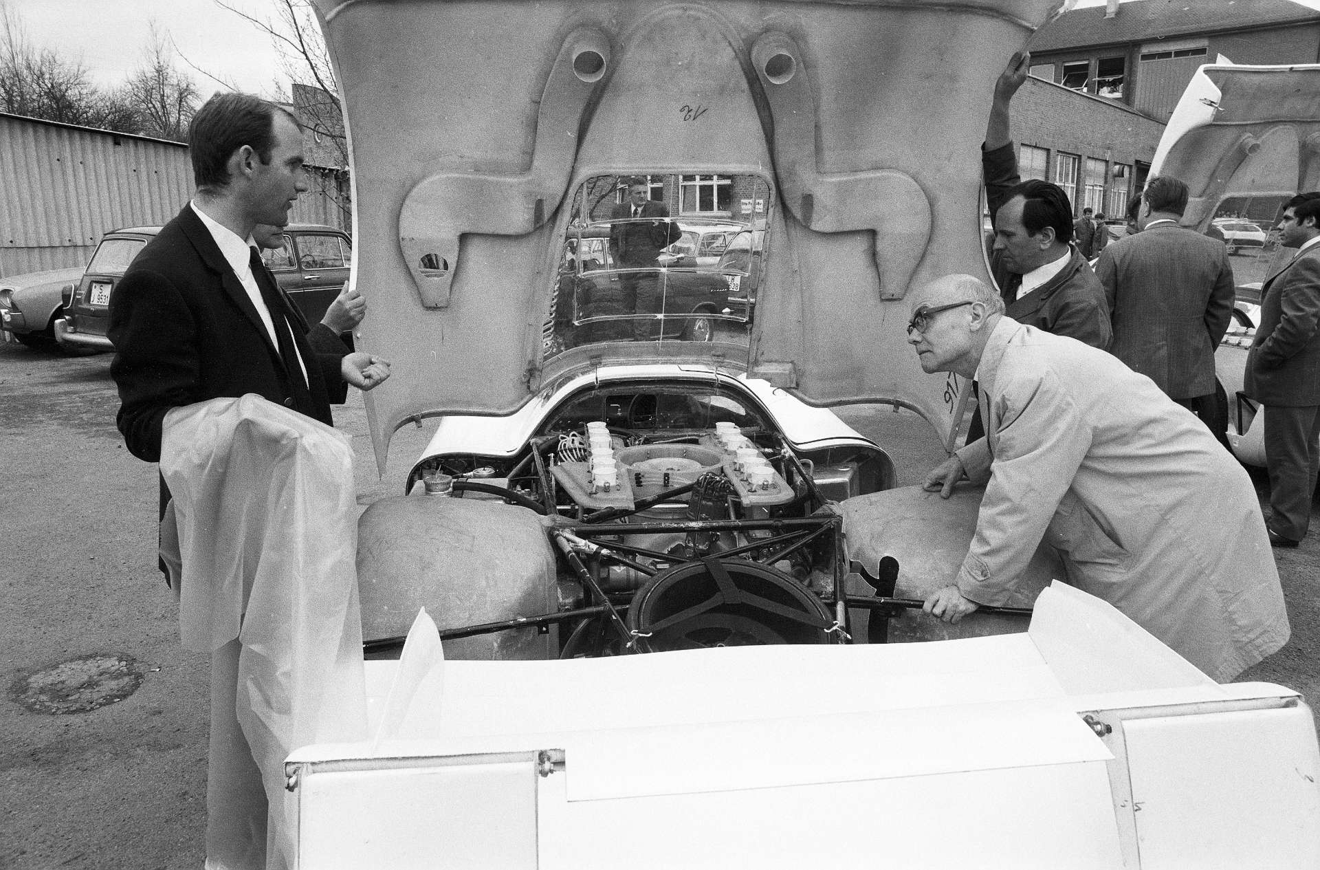 Ferdinand Piëch am Porsche Typ 917 LH Coupé im Porsche-Werk 1.