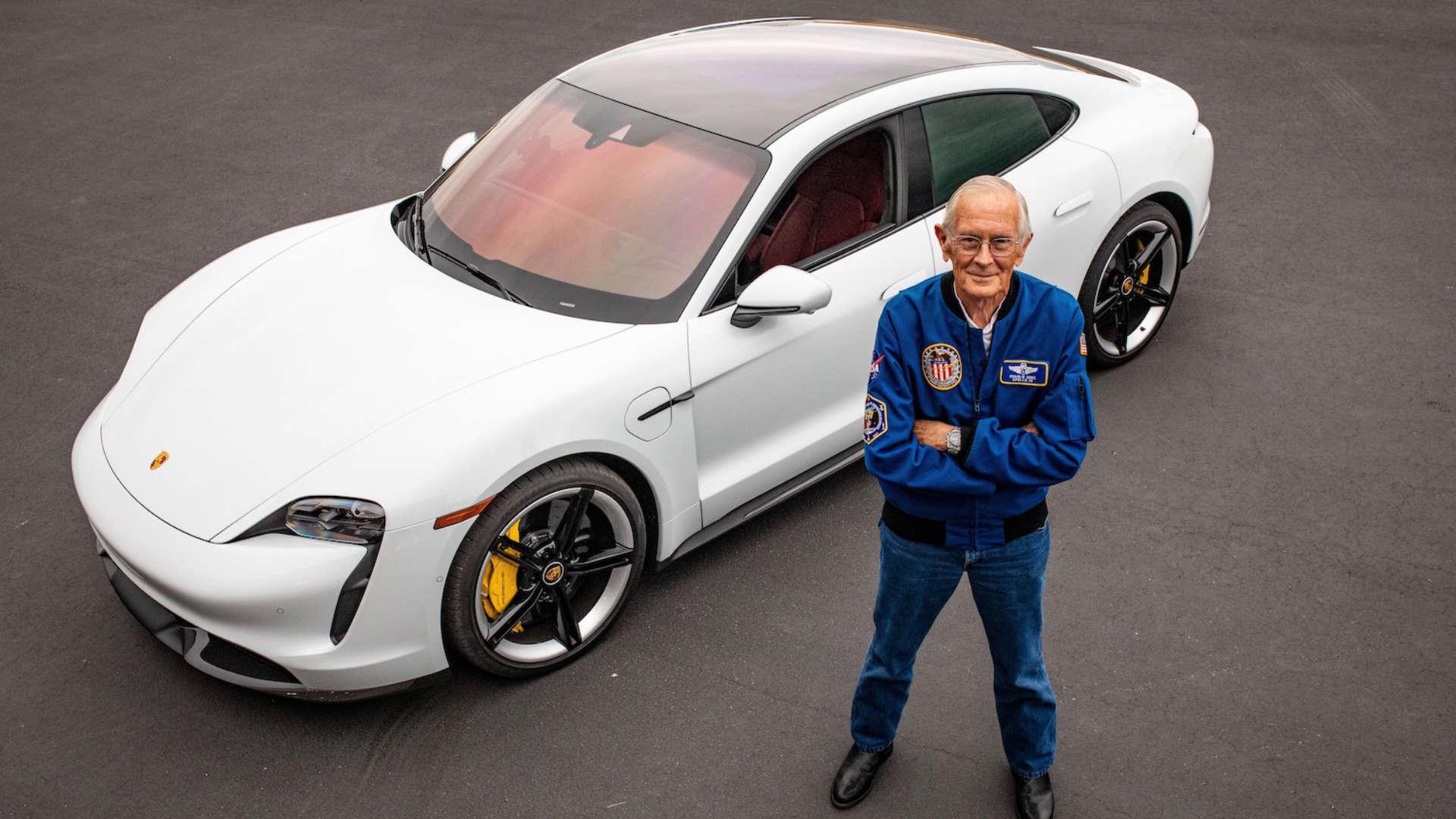 Charlie Duke vor dem Porsche Taycan Turbo S