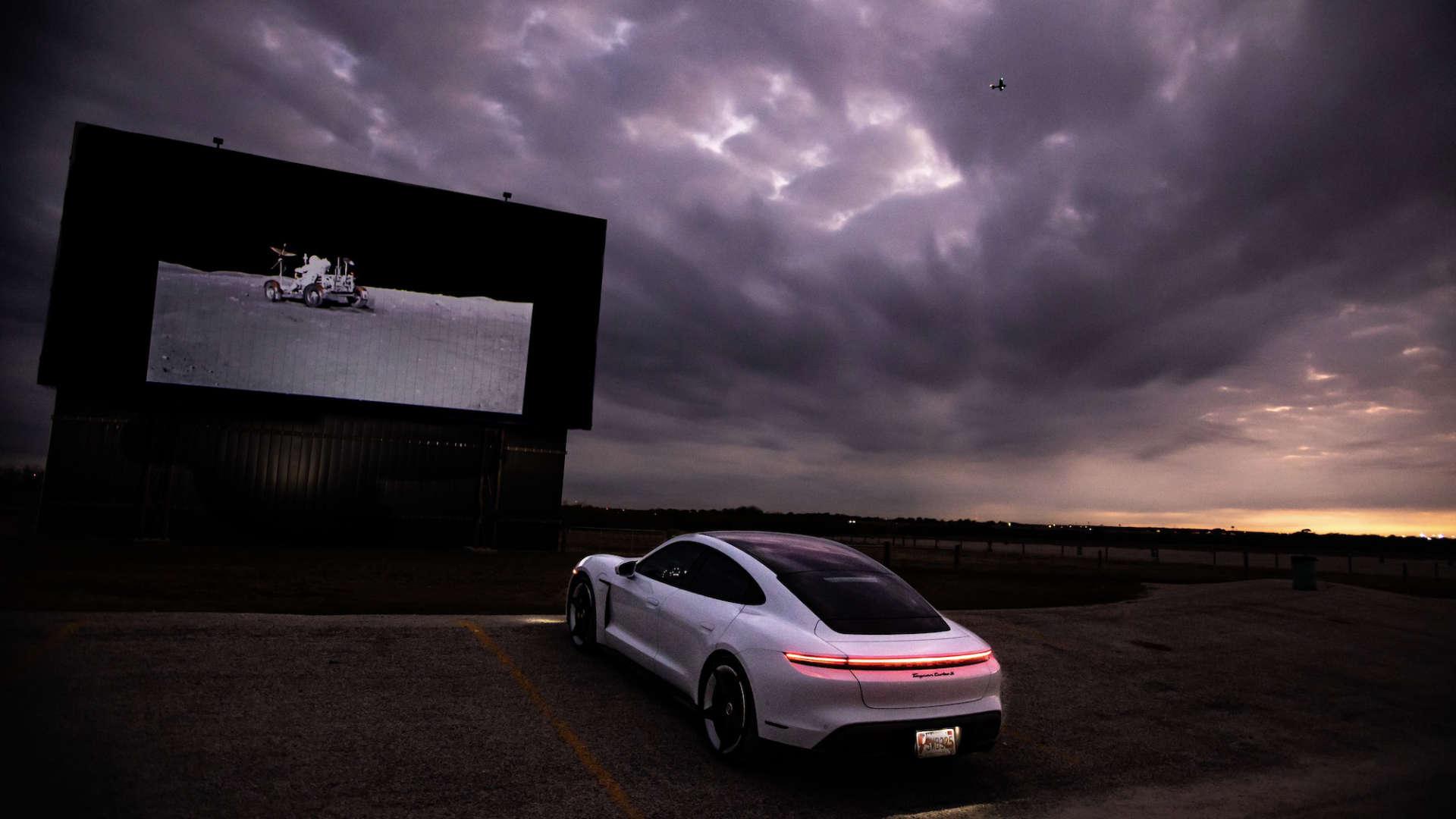 Porsche Taycan Turbo Autokino Mondlandung
