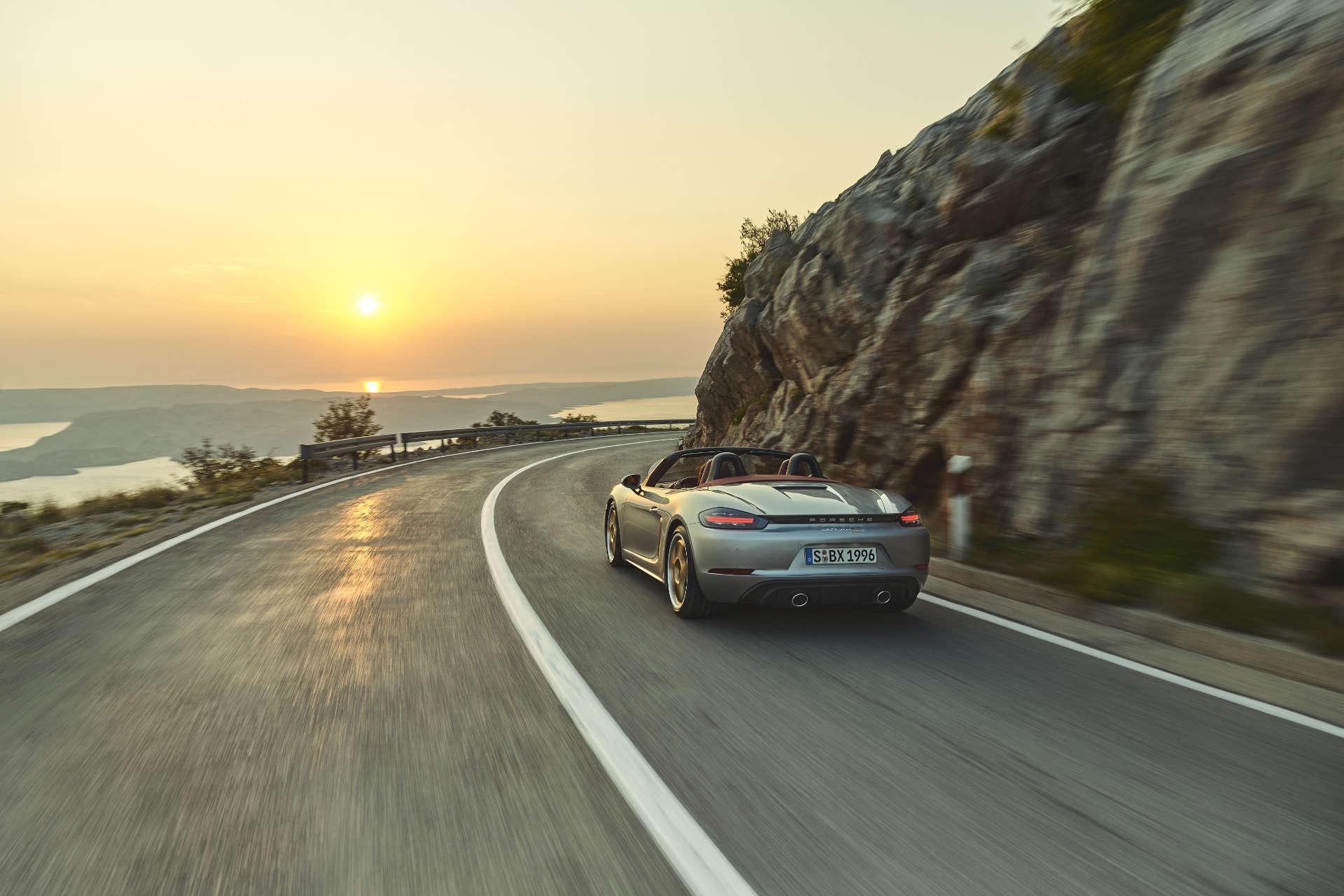 Porsche Boxster 25 Jahre Fahraufnahme Sonnenuntergang