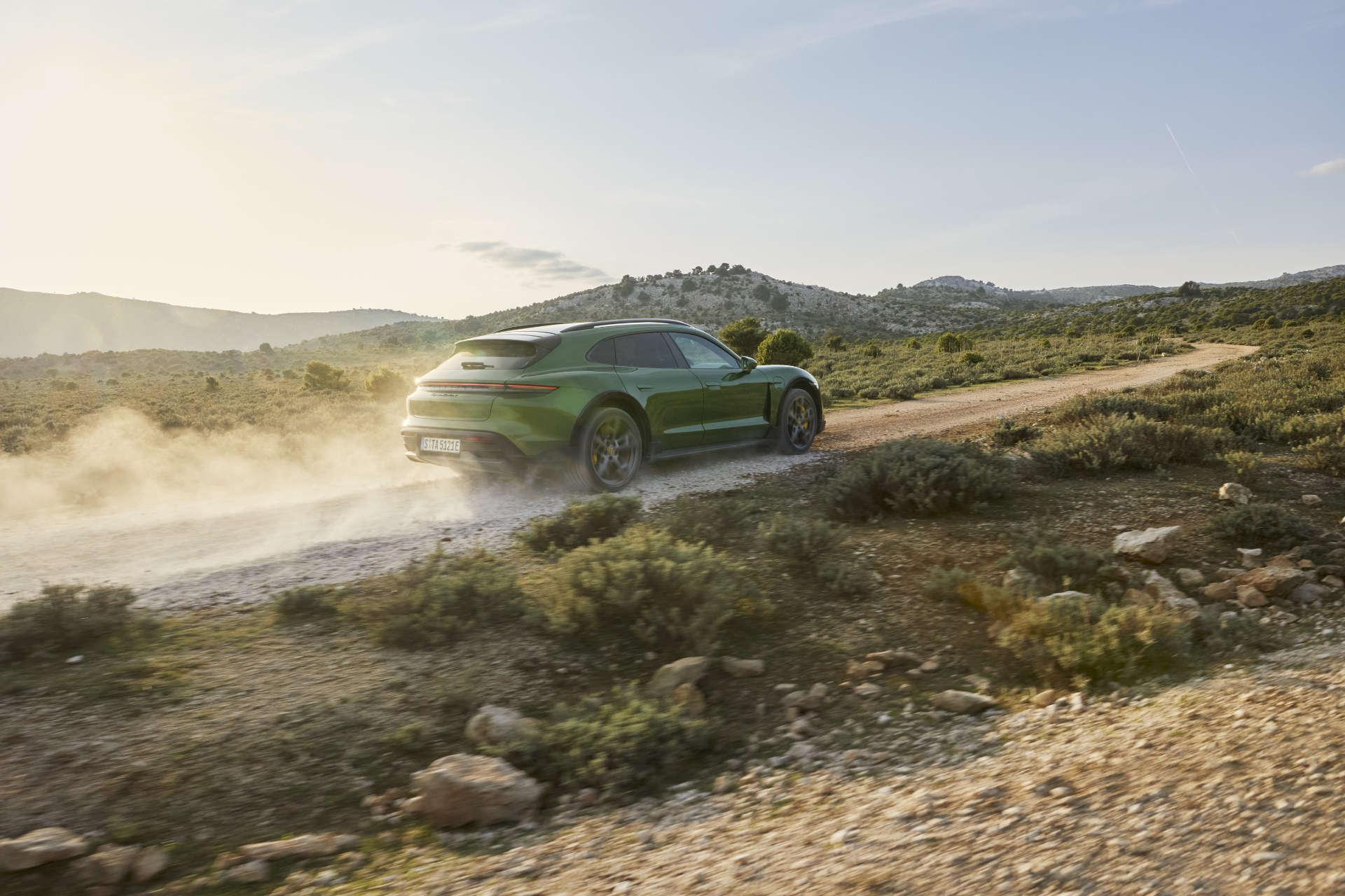 Porsche Taycan Cross Turismo Fahraufnahme Gelände