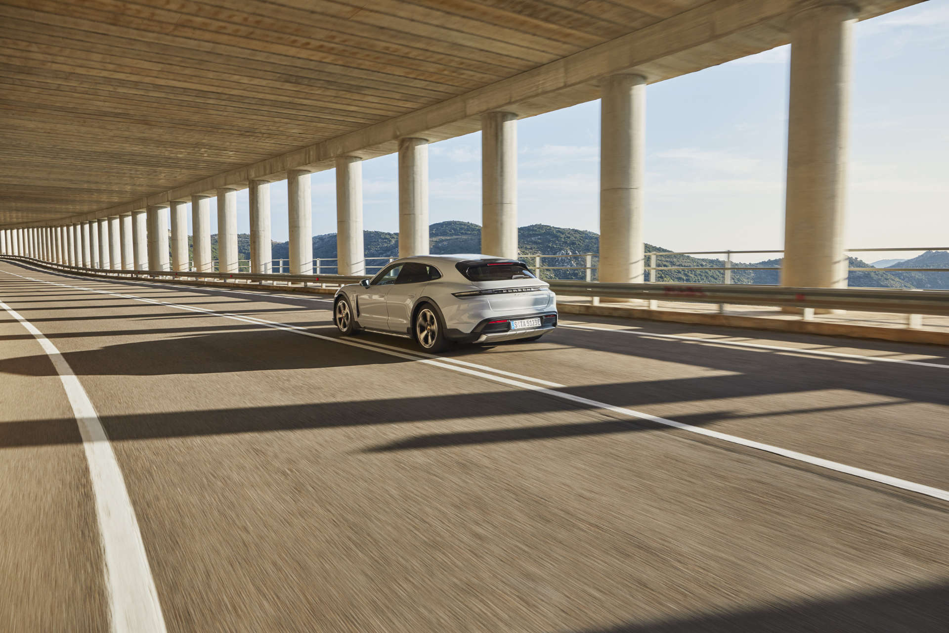 Porsche Taycan Cross Turismo Fahraufnahme Heck