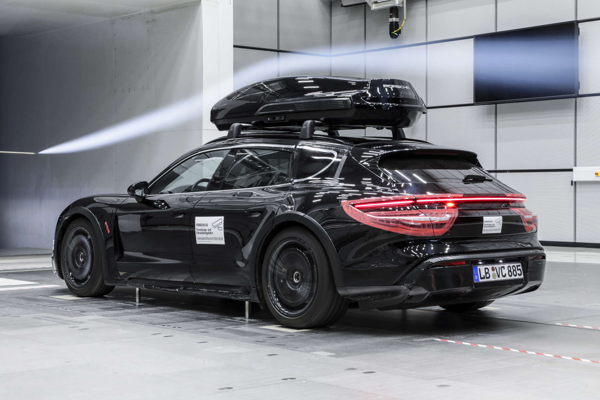 Porsche Dachbox Windkanal Taycan Cross Turismo