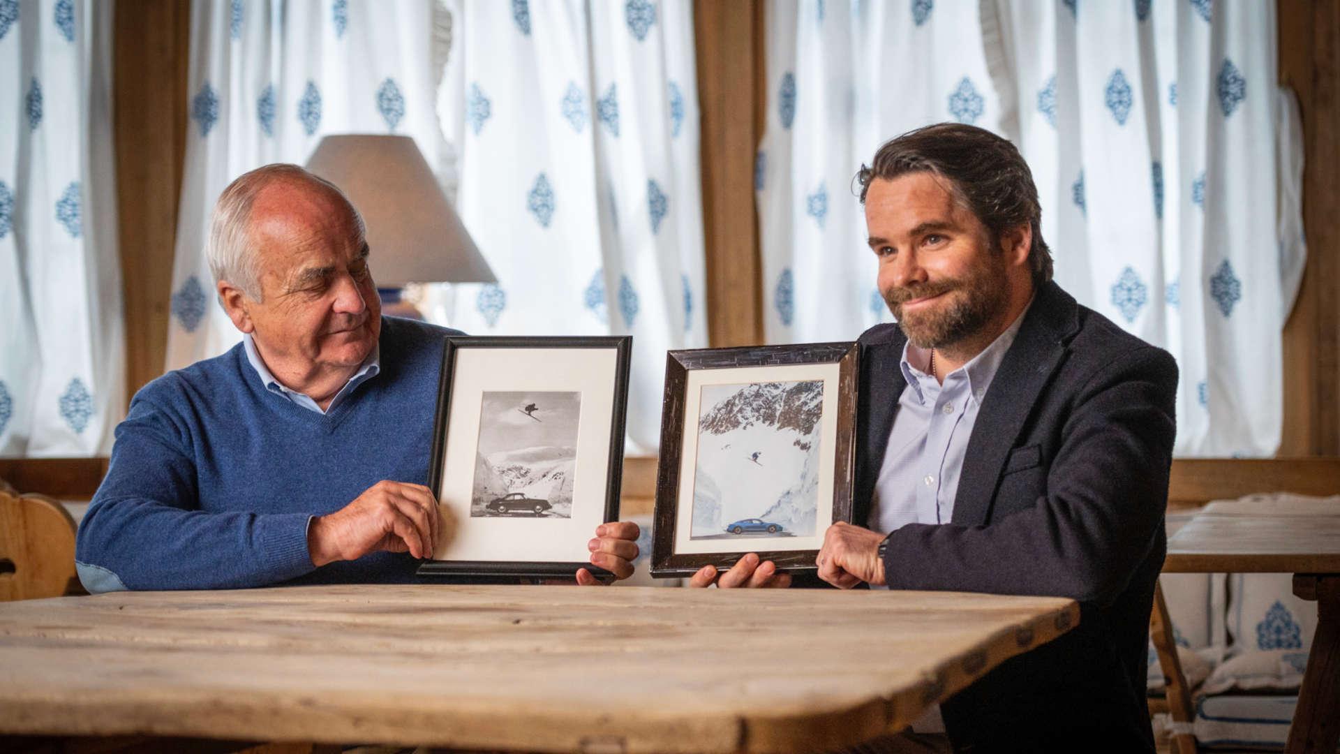 Karlheinz Zimmermann (l) mit der Schwarzweiß-Fotografie seines Bruders Egon Zimmermann